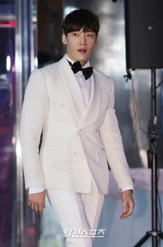Thảm đỏ Baeksang 2019: Han Ji Min tái hợp bạn trai màn ảnh Hyun Bin, Nam Joo Hyuk - Jung Woo Sung - Ảnh 36.
