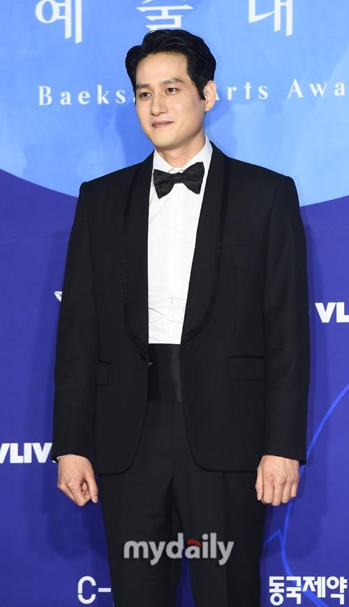 Thảm đỏ Baeksang 2019: Han Ji Min tái hợp bạn trai màn ảnh Hyun Bin, Nam Joo Hyuk - Jung Woo Sung - Ảnh 38.
