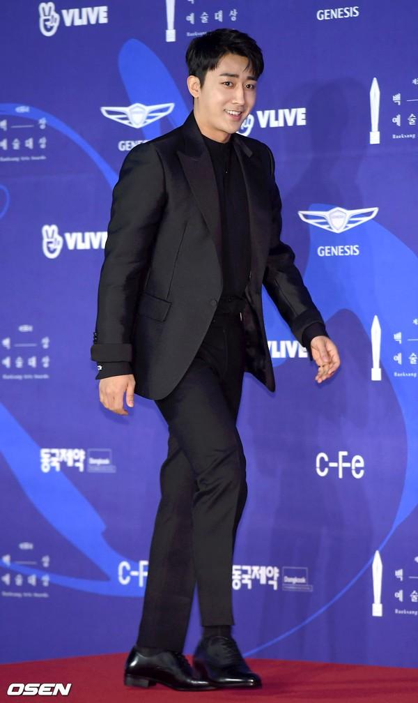 Thảm đỏ Baeksang 2019: Han Ji Min tái hợp bạn trai màn ảnh Hyun Bin, Nam Joo Hyuk - Jung Woo Sung - Ảnh 28.