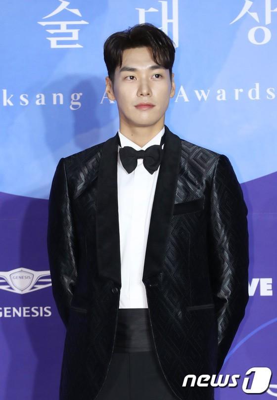 Thảm đỏ Baeksang 2019: Han Ji Min tái hợp bạn trai màn ảnh Hyun Bin, Nam Joo Hyuk - Jung Woo Sung - Ảnh 25.