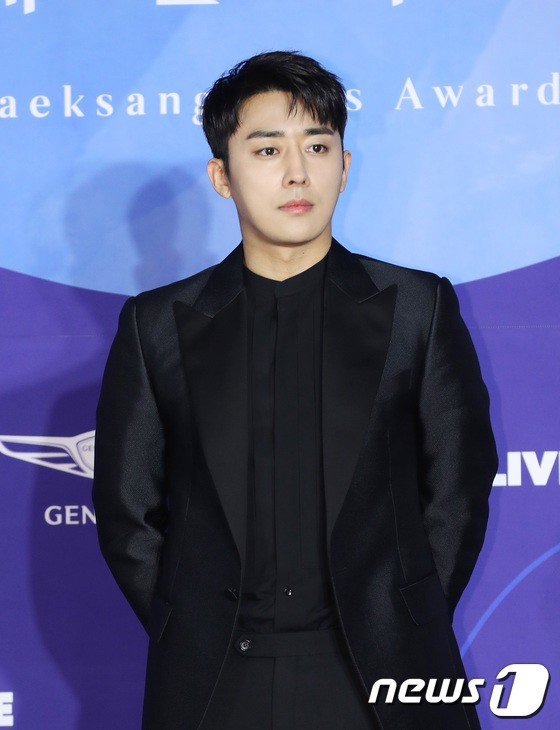 Thảm đỏ Baeksang 2019: Han Ji Min tái hợp bạn trai màn ảnh Hyun Bin, Nam Joo Hyuk - Jung Woo Sung - Ảnh 27.