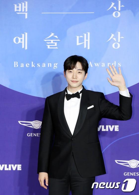 Thảm đỏ Baeksang 2019: Han Ji Min tái hợp bạn trai màn ảnh Hyun Bin, Nam Joo Hyuk - Jung Woo Sung - Ảnh 29.