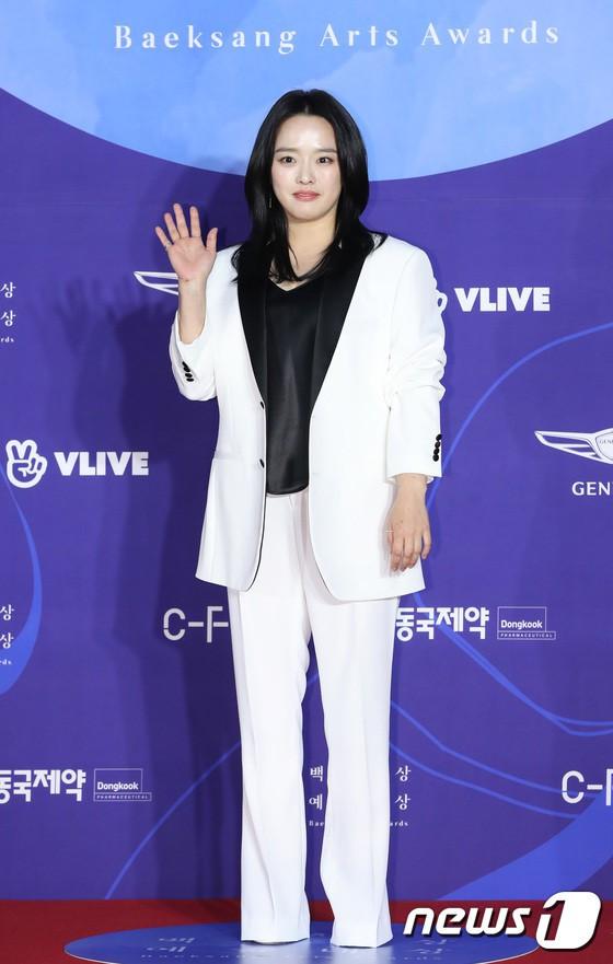Thảm đỏ Baeksang 2019: Han Ji Min tái hợp bạn trai màn ảnh Hyun Bin, Nam Joo Hyuk - Jung Woo Sung - Ảnh 31.