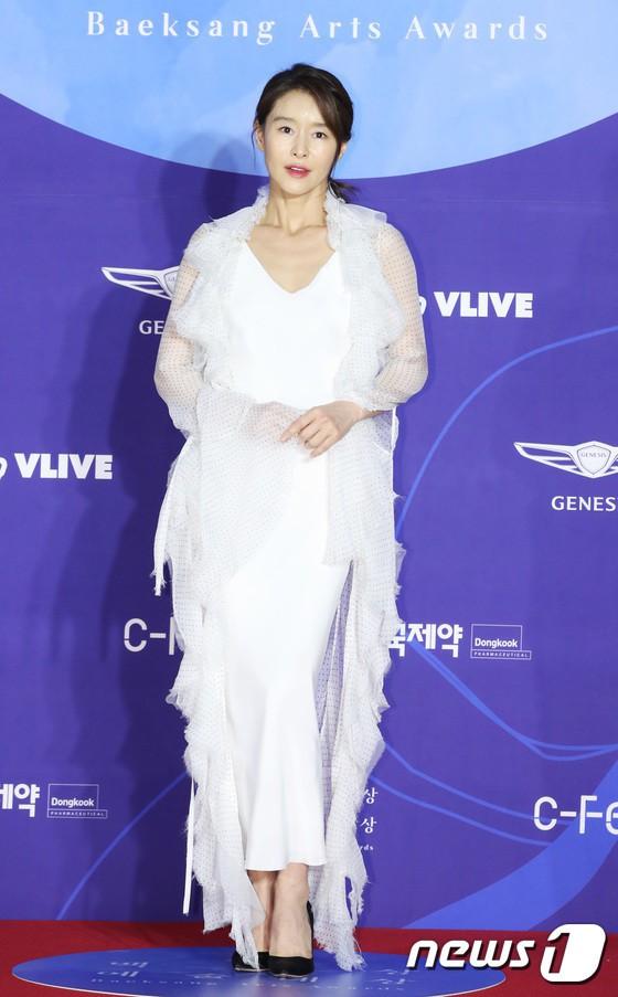 Thảm đỏ Baeksang 2019: Han Ji Min tái hợp bạn trai màn ảnh Hyun Bin, Nam Joo Hyuk - Jung Woo Sung - Ảnh 19.
