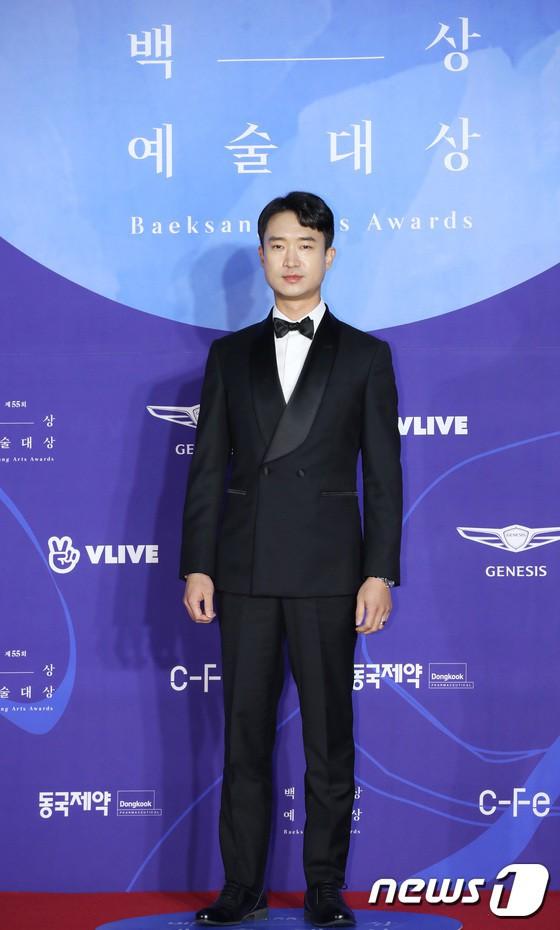 Thảm đỏ 'Baeksang 2019': Han Ji Min tái hợp 'bạn trai màn ảnh' Hyun
