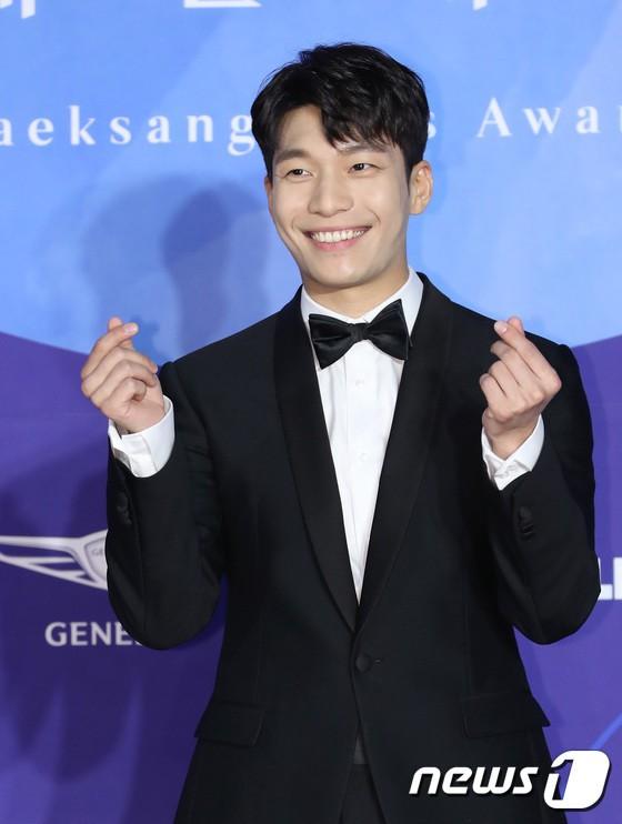 Thảm đỏ Baeksang 2019: Han Ji Min tái hợp bạn trai màn ảnh Hyun Bin, Nam Joo Hyuk - Jung Woo Sung - Ảnh 30.