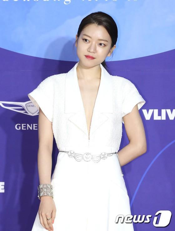 Thảm đỏ Baeksang 2019: Han Ji Min tái hợp bạn trai màn ảnh Hyun Bin, Nam Joo Hyuk - Jung Woo Sung - Ảnh 18.