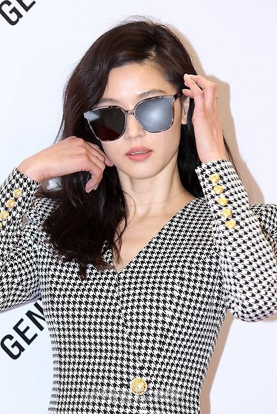 Mợ chảnh Jun Ji Hyun bất ngờ diện váy siêu ngắn, khoe body cực phẩm: Chỉ cần bước đi cũng đẹp như một thước phim điện ảnh - Ảnh 3.