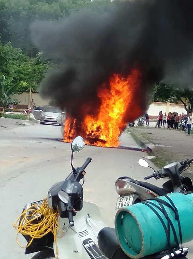 Sốc: ''Xế hộp'' tiền tỷ Mercedes đi đón dâu bỗng bốc cháy giữa đường khiến nhiều người kinh hãi - Ảnh 3