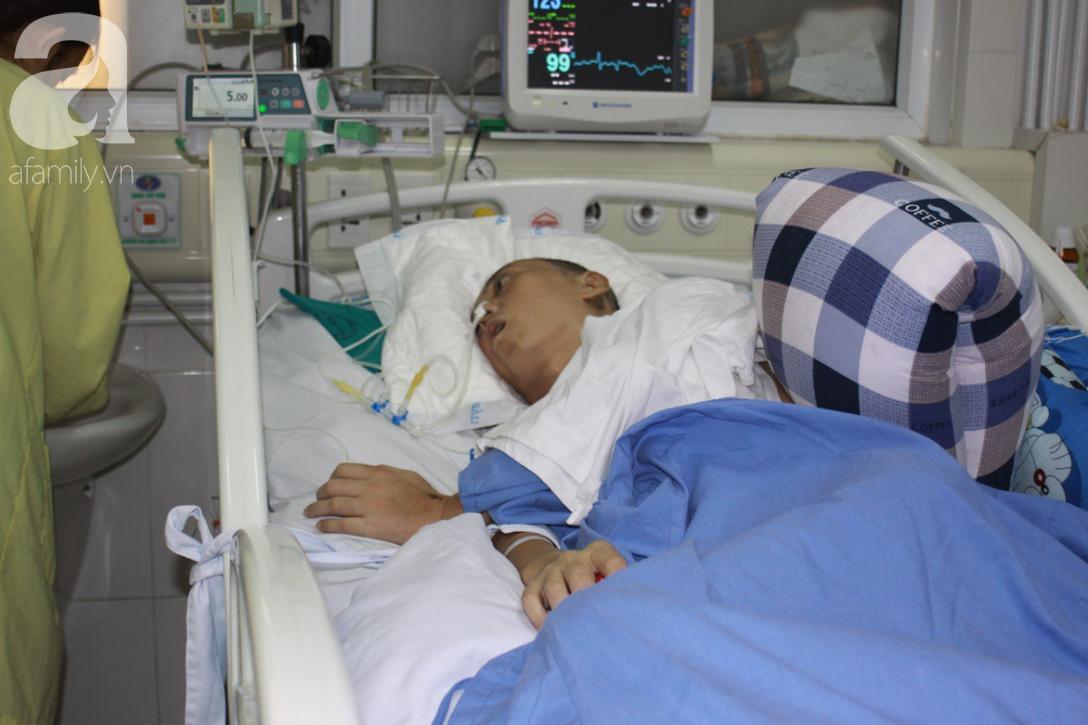 Người chồng trẻ bị xuất huyết não, teo tóp nằm liệt giường, vợ và con trai 9 tuổi cúi đầu xin mọi người giúp đỡ - Ảnh 2.