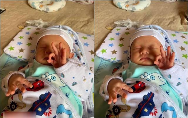 """Bức ảnh """"nóng"""" nhất MXH: Em bé sơ sinh đang ngủ cũng tranh thủ tạo dáng, dân mạng trổ tài đoán ý nghĩa dấu tay - Ảnh 2."""