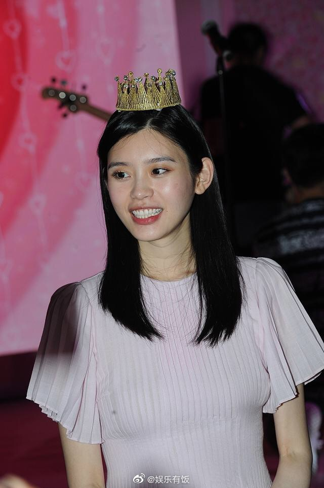 Ming Xi thực sự là công chúa trong màn cầu hôn khi khéo sửa váy hiệu 60 triệu, đội vương miện sang chảnh - Ảnh 1.