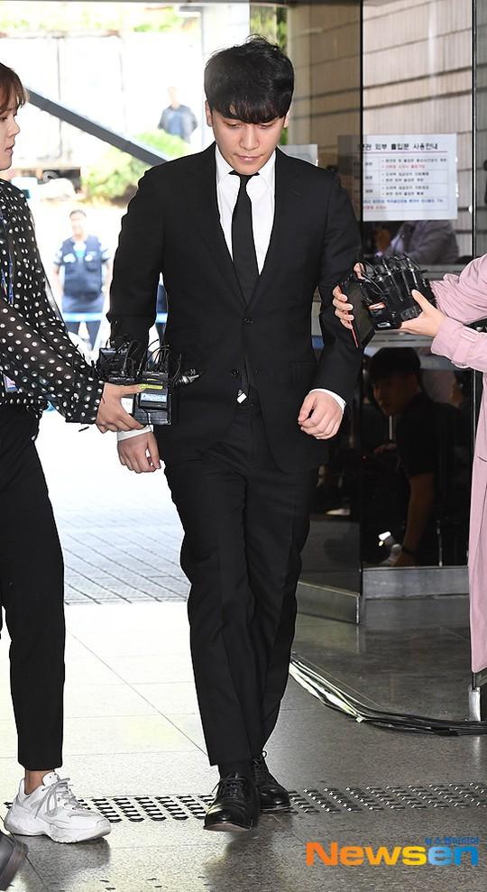 Seungri cuối cùng đã có mặt tại tòa để chờ lệnh bắt: Vẫn bình tĩnh dù cảnh sát xác nhận giữ bằng chứng mua dâm - Ảnh 3.