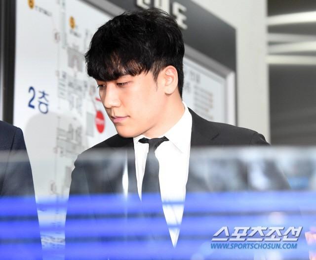 Seungri cuối cùng đã có mặt tại tòa để chờ lệnh bắt: Vẫn bình tĩnh dù cảnh sát xác nhận giữ bằng chứng mua dâm - Ảnh 9.