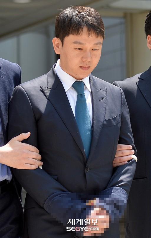 NÓNG: Seungri chính thức bị còng tay và trói chặt bằng dây thừng, chồng nữ diễn viên Park Han Byul lộ mặt - Ảnh 9.