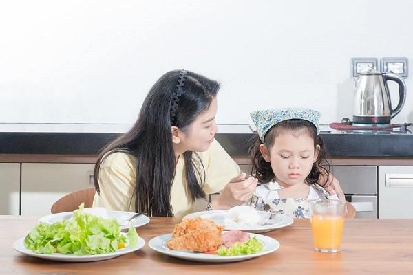 Các mẹ có con biếng ăn nhất định phải đọc bài này vì có thể đang mắc 6 sai lầm dưới đây - Ảnh 5.