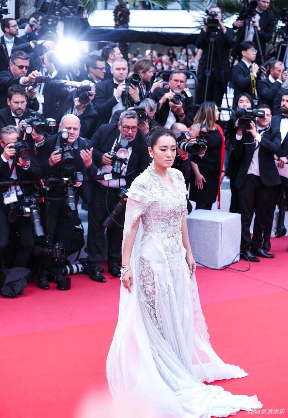 Chiếc váy tùng xoè lộng lẫy nhưng cũng khiến Jessica suýt ngã, phải nhờ 2 người nâng váy Cannes 2019 - Ảnh 6.