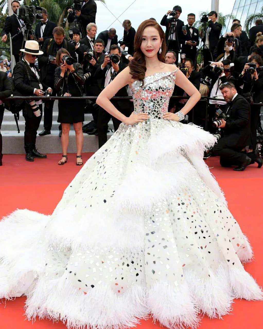 Chiếc váy tùng xoè lộng lẫy nhưng cũng khiến Jessica suýt ngã, phải nhờ 2 người nâng váy Cannes 2019 - Ảnh 1.