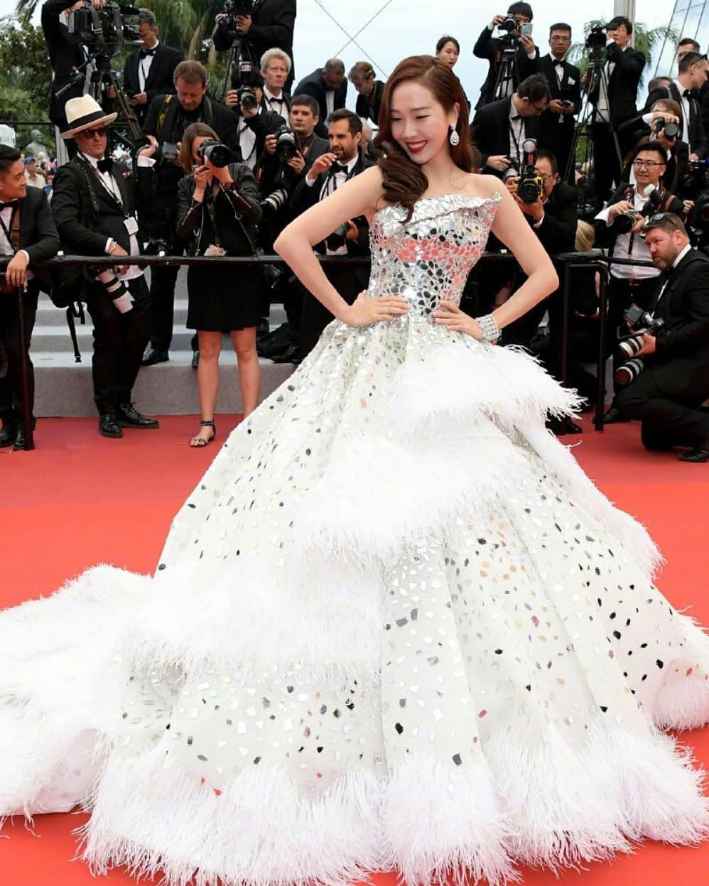 Chiếc váy tùng xoè lộng lẫy nhưng cũng khiến Jessica suýt ngã, phải nhờ 2 người nâng váy Cannes 2019 - Ảnh 2.