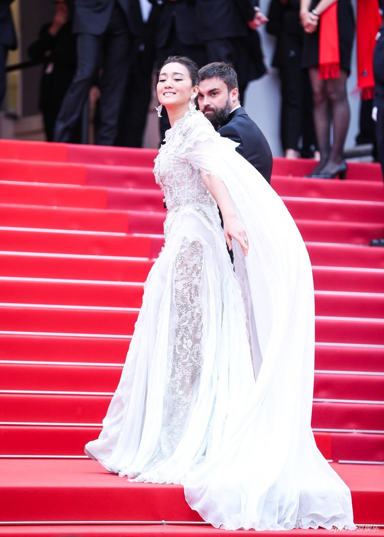 Chiếc váy tùng xoè lộng lẫy nhưng cũng khiến Jessica suýt ngã, phải nhờ 2 người nâng váy Cannes 2019 - Ảnh 7.