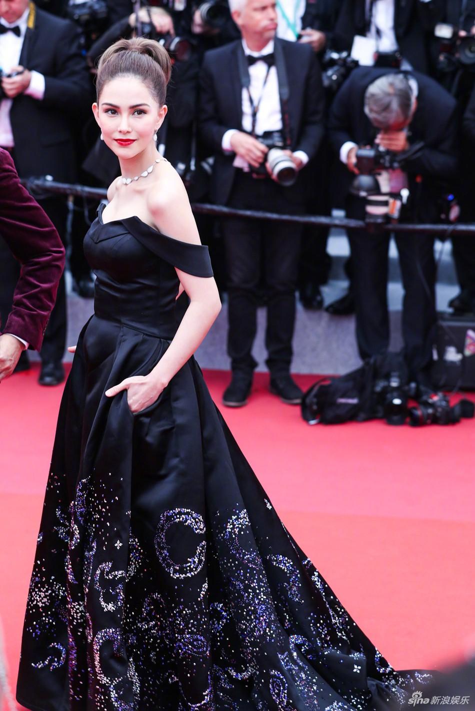 Chiếc váy tùng xoè lộng lẫy nhưng cũng khiến Jessica suýt ngã, phải nhờ 2 người nâng váy Cannes 2019 - Ảnh 5.