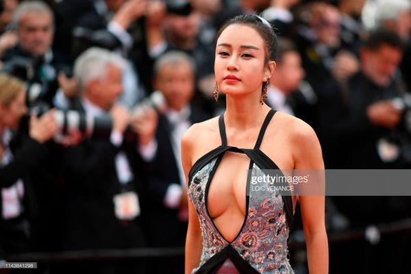 Dàn sao Hoa ngữ tại Cannes 2019: Chị đại Củng Lợi bị chê nhạt nhòa kém sắc, sao vô danh thì khoe ngực lố lăng  - Ảnh 6.