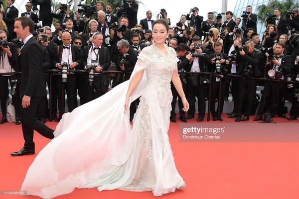 Dàn sao Hoa ngữ tại Cannes 2019: Chị đại Củng Lợi bị chê nhạt nhòa kém sắc, sao vô danh thì khoe ngực lố lăng  - Ảnh 1.