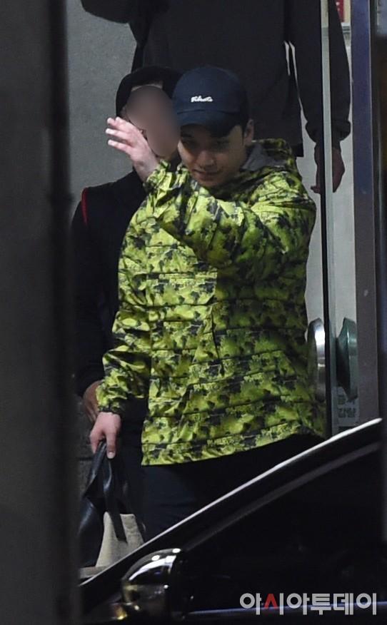Nóng: Seungri vui vẻ đi tập gym sau khi tòa án hủy lệnh bắt, công chúng Hàn và quốc tế phẫn nộ, fan Việt vẫn bênh - Ảnh 4.