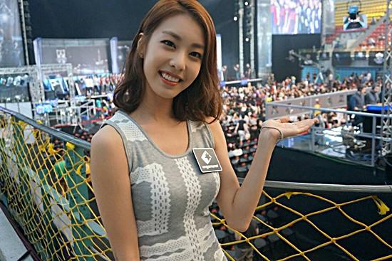 Hẹn hò thì mặc giản dị, ai ngờ khi đi làm người yêu So Ji Sub lại chỉ thích diện váy ôm khoe dáng triệt để thế này  - Ảnh 4.