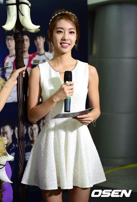 Hẹn hò thì mặc giản dị, ai ngờ khi đi làm người yêu So Ji Sub lại chỉ thích diện váy ôm khoe dáng triệt để thế này  - Ảnh 10.