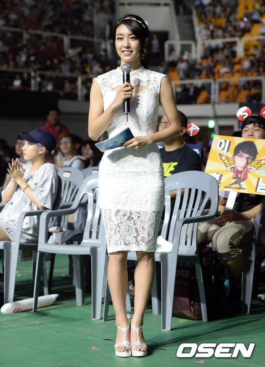 Hẹn hò thì mặc giản dị, ai ngờ khi đi làm người yêu So Ji Sub lại chỉ thích diện váy ôm khoe dáng triệt để thế này  - Ảnh 12.