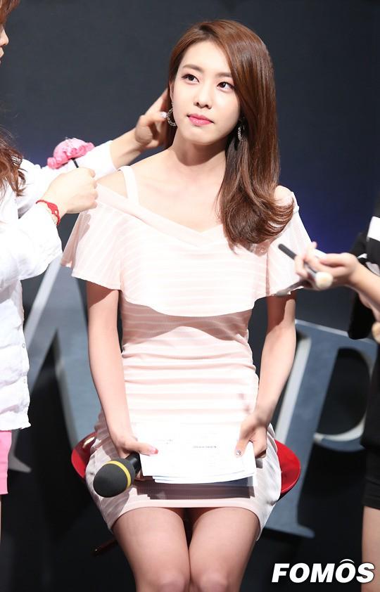 Hẹn hò thì mặc giản dị, ai ngờ khi đi làm người yêu So Ji Sub lại chỉ thích diện váy ôm khoe dáng triệt để thế này  - Ảnh 9.