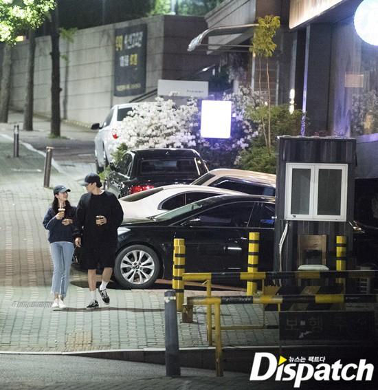 Cận ảnh hình ảnh hẹn hò của So Ji Sub và bạn gái phóng viên: Nam thanh nữ tú bên nhau, không khác gì một bộ phim lãng mạn - Ảnh 7.