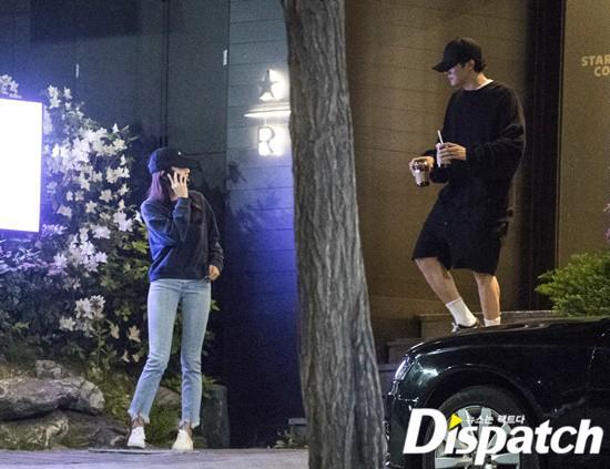 Hẹn hò thì mặc giản dị, ai ngờ khi đi làm người yêu So Ji Sub lại chỉ thích diện váy ôm khoe dáng triệt để thế này  - Ảnh 1.
