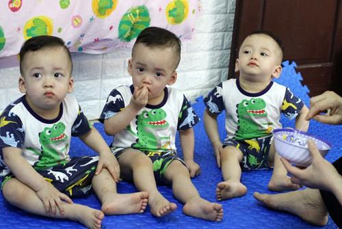 Mẹ trẻ ở Tuyên Quang sinh 3 bé trai giống hệt nhau, hiếm đến mức 200 triệu ca mới có 1 - Ảnh 2.