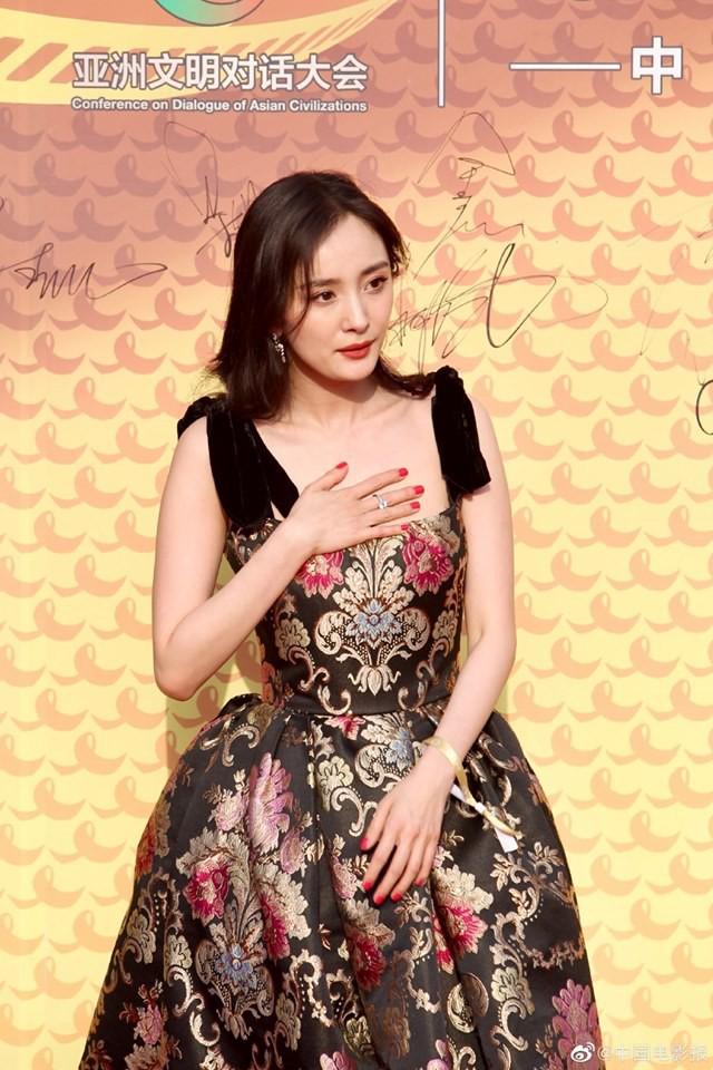 Mặc váy sang chảnh nhưng lại đi giày bệt, Dương Mịch bị chê bai làm màu để gây sự chú ý - Ảnh 2.