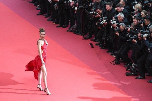 Ngộp thở với các  màn khoe ngực táo bạo tại Cannes ngày 4: Mỹ nhân Như Ý Truyện khoe sắc với váy xẻ cũng vẫn chào thua siêu mẫu thả rông vòng 1  - Ảnh 6.