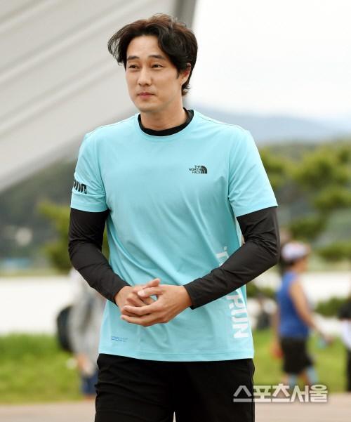 So Ji Sub lần đầu xuất hiện sau khi xác nhận hẹn hò, biểu cảm vui phơi phới của quý ông có người yêu khiến ai cũng ghen tị  - Ảnh 2.