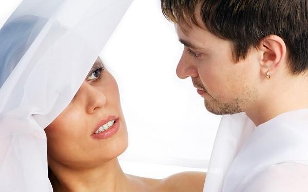 Đang đến màn trao nhẫn cưới cho tôi thì chuông điện thoại của chú rể vang lên, phản ứng của anh khiến tất cả đều chết lặng - Ảnh 1.