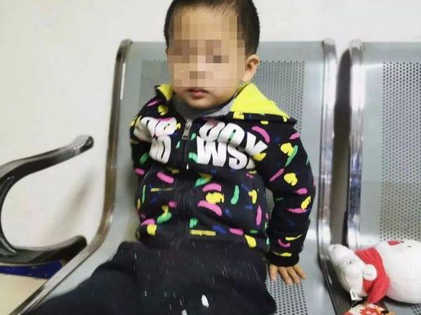 Bé trai 6 tuổi lơ ngơ một mình trong tiệm KFC, cảnh sát gặng hỏi không nói nhưng mảnh giấy trong túi em tiết lộ ý định nhẫn tâm của bà mẹ - Ảnh 1.