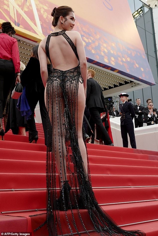 Báo Anh soi cận cảnh màn xuất hiện không nội y của Ngọc Trinh trên thảm đỏ Cannes 2019 - Ảnh 2.