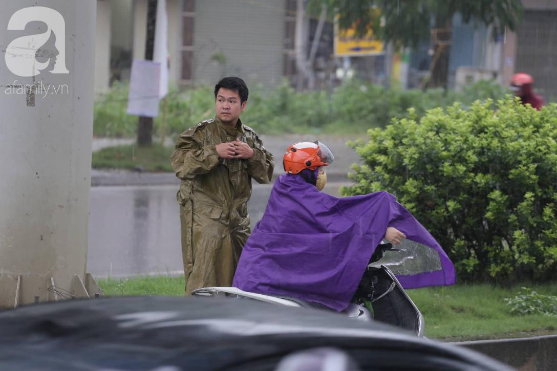 Mong mỏi đến hao mòn, cuối cùng Hà Nội cũng đã có mưa sau bao ngày nóng như chảo lửa - Ảnh 3.