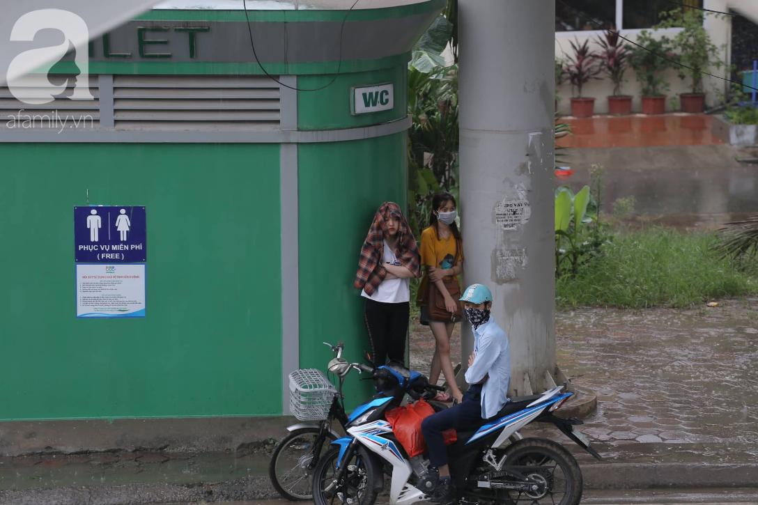 Mong mỏi đến hao mòn, cuối cùng Hà Nội cũng đã có mưa sau bao ngày nóng như chảo lửa - Ảnh 4.