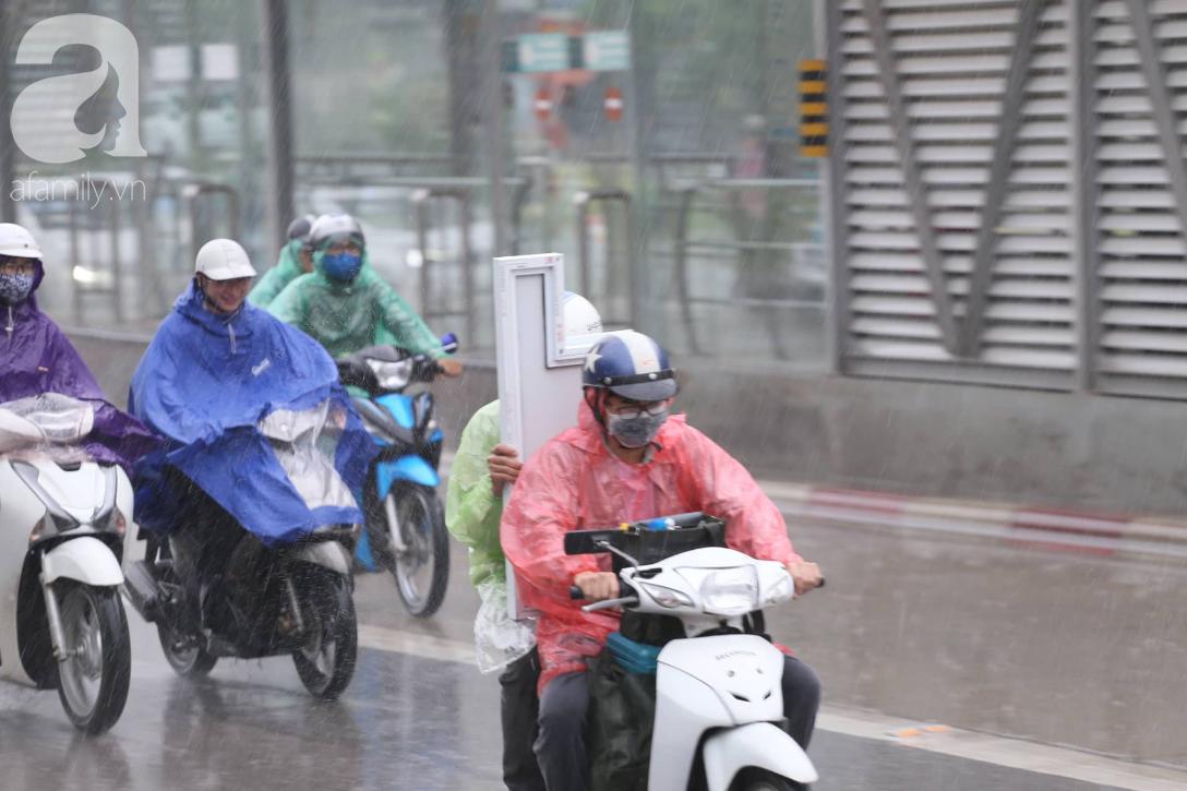 Mong mỏi đến hao mòn, cuối cùng Hà Nội cũng đã có mưa sau bao ngày nóng như chảo lửa - Ảnh 6.
