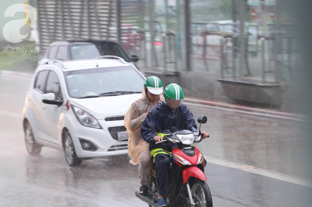 Mong mỏi đến hao mòn, cuối cùng Hà Nội cũng đã có mưa sau bao ngày nóng như chảo lửa - Ảnh 7.
