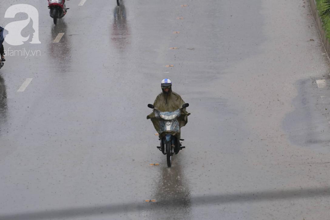 Mong mỏi đến hao mòn, cuối cùng Hà Nội cũng đã có mưa sau bao ngày nóng như chảo lửa - Ảnh 9.
