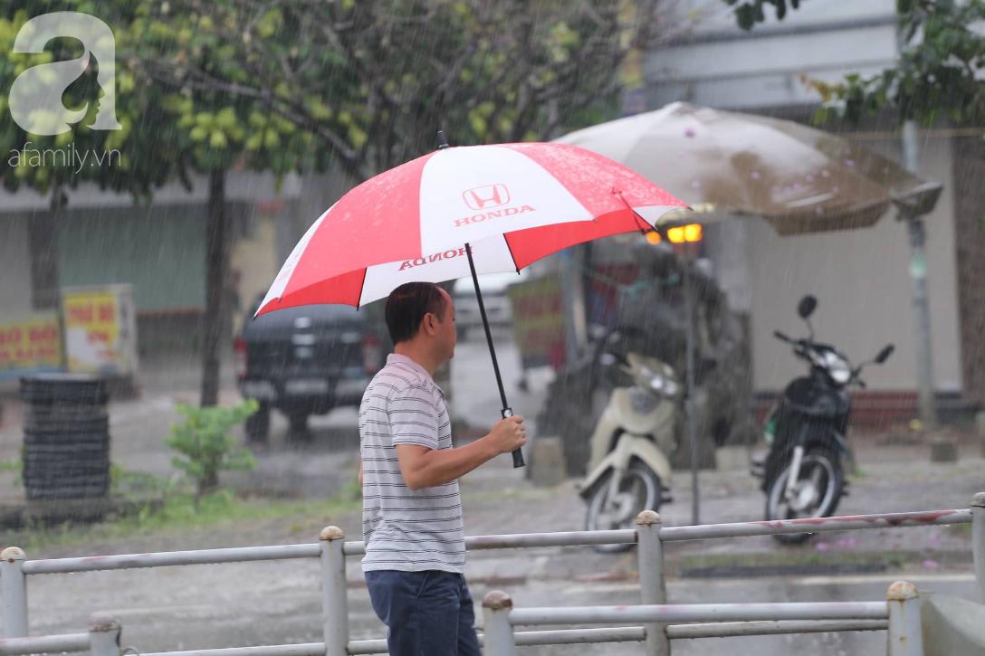 Mong mỏi đến hao mòn, cuối cùng Hà Nội cũng đã có mưa sau bao ngày nóng như chảo lửa - Ảnh 11.