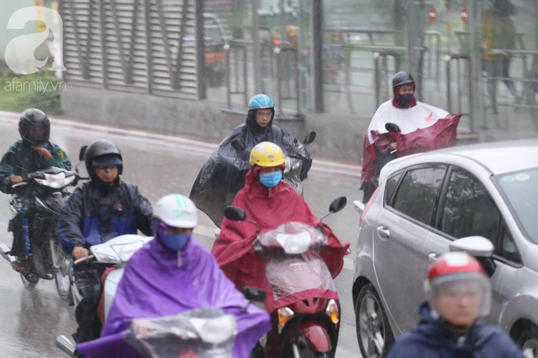 Mong mỏi đến hao mòn, cuối cùng Hà Nội cũng đã có mưa sau bao ngày nóng như chảo lửa - Ảnh 12.