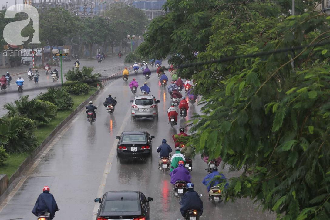 Mong mỏi đến hao mòn, cuối cùng Hà Nội cũng đã có mưa sau bao ngày nóng như chảo lửa - Ảnh 1.