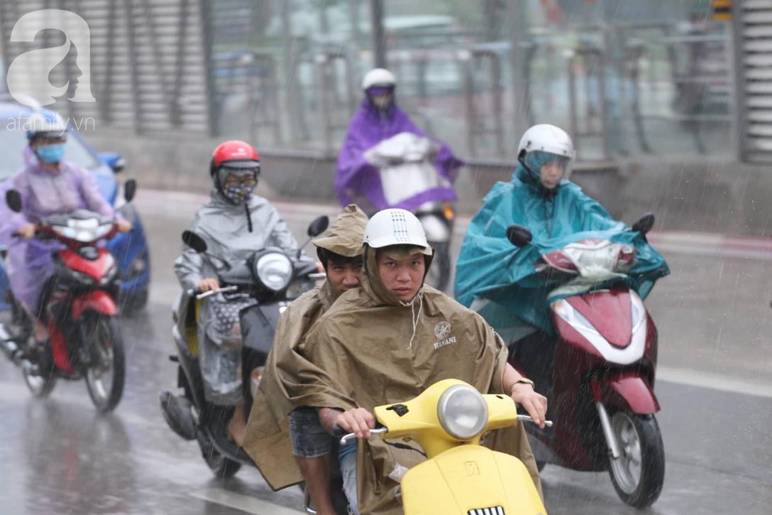 Mong mỏi đến hao mòn, cuối cùng Hà Nội cũng đã có mưa sau bao ngày nóng như chảo lửa - Ảnh 13.